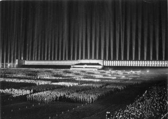 Primera Orden Nazismo Arquitectura Campo Zeppelin Noche Archmedia.jpg